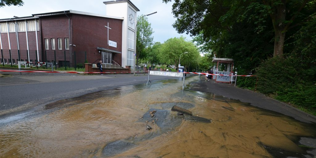 Am späten Donnerstagnachmittag kam es auf der Dörwerstraße in Höhe der Haltestelle Hördemannshof zu einem Wasserrohrbruch.