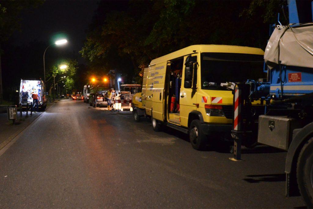 Baufahrzeuge bestimmten auf einer Länge von gut 100 Metern das Bild am Donnerstagabend auf der Dörwerstraße. Am Freitagmorgen steigen hier hunderte Schüler des Netter Schulzentrums aus dem Bus.