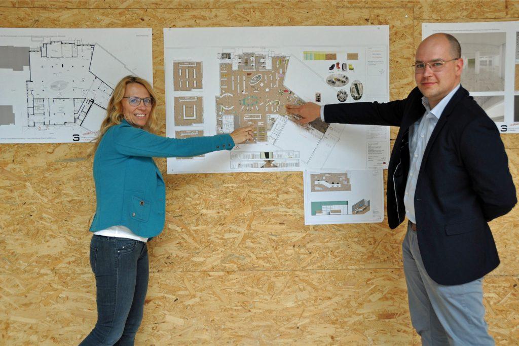 Innen zeigen Pläne, wie es mal werden soll. Bis dahin haben Astrid Linn, Fachreferentin für Stadtentwicklung, und Daniel Schulz, Projektleiter Zentrale Gebäudebewirtschaftung Lünen (ZGL), noch viel zu tun.