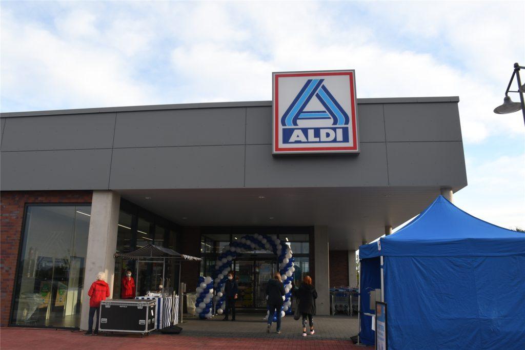 Schon ab 7 Uhr kamen einige Kunden, um sich den neuen Aldi-Markt anzuschauen.