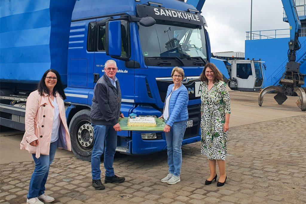 Zum Firmenjubiläum gab's Kuchen von der Verwaltung: Bürgermeisterin Karola Voß (r.) und Wirtschaftsförderin Katrin Damme (l.) überreichten Torte und Glückwünsche an Bernhard und Christine Sandkuhle.