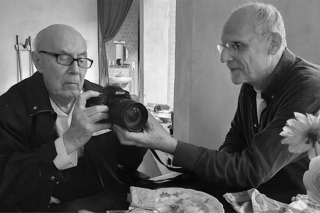 Karl Niepagenkemper lässt sich an seinem 100. Geburtstag von Tierfotograf Klaus Nigge die neuste Kamera erklären.