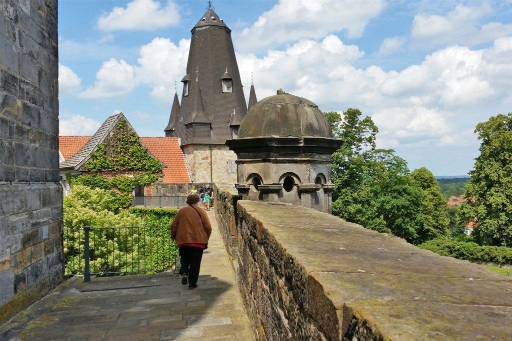 Zu einem Spaziergang auf der Burgmauer lädt der historische Wehrgang ein.