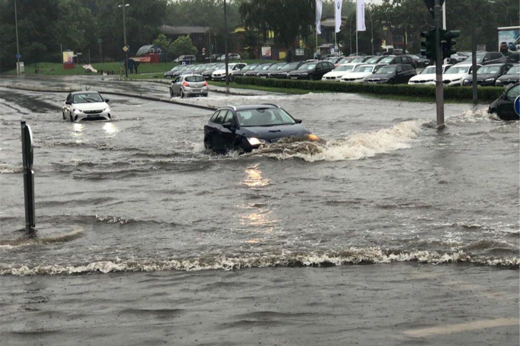 So hoch steht das Wasser an der Kreuzung Penningrode/Hansaring/Münsterstraße.