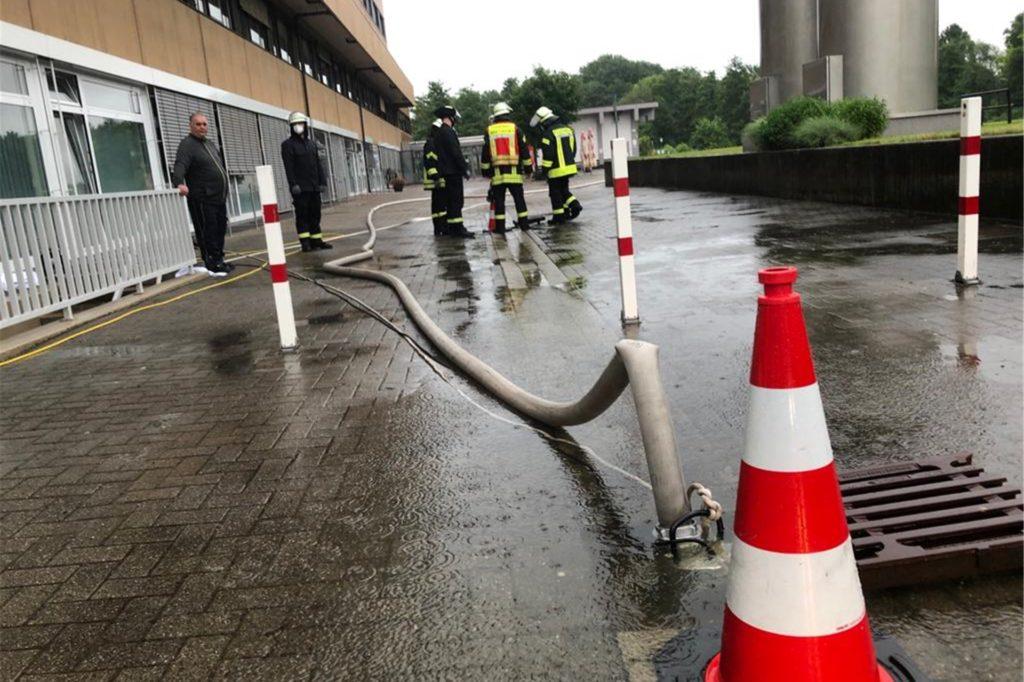 Feuerwehreinsatz am Werner Krankenhaus. Der Grund: ein vollgelaufener Keller.