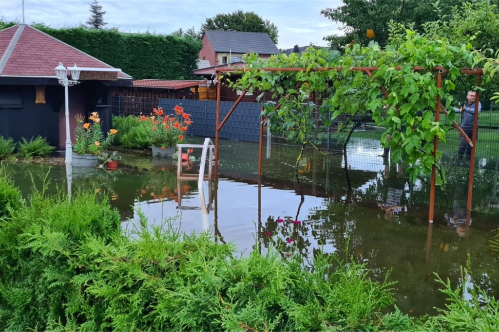 An der Lessingstraße standen am Abend noch etliche Gärten unter Wasser.