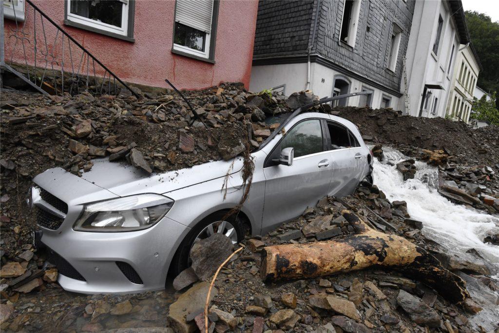 Ein Auto ist vom Schutt bedeckt, den die Überflutung der Nahma am Vorabend mit sich gebracht hat.