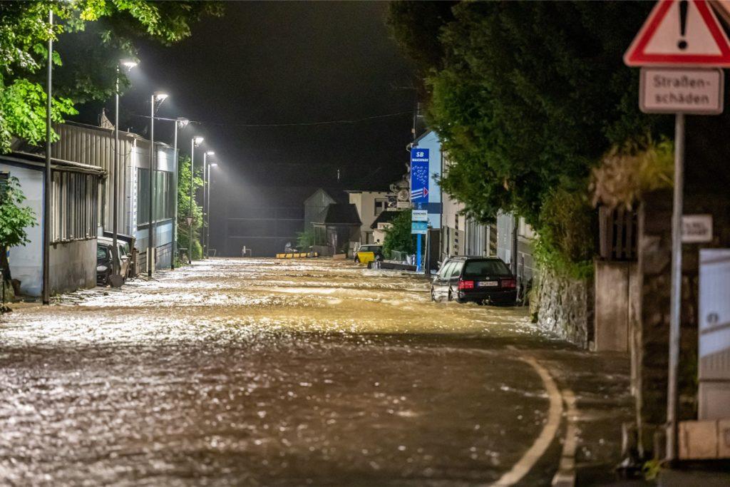 Überflutete Straßen in Altena nach schweren Regenfällen. Altena im Sauerland war nach Erdrutschen und Überschwemmungen zeitweise nicht mehr zu erreichen.