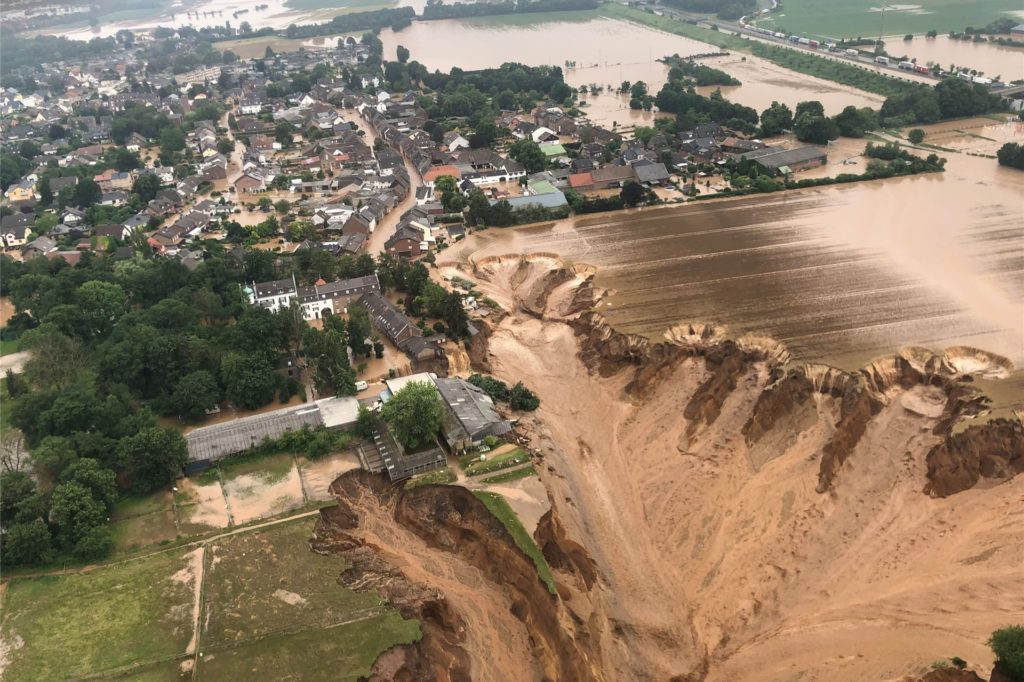 Ein Foto, das die Bezirksregierung Köln am Freitag über Twitter verbreitete, zeigt Überschwemmungen in Erftstadt-Blessem.