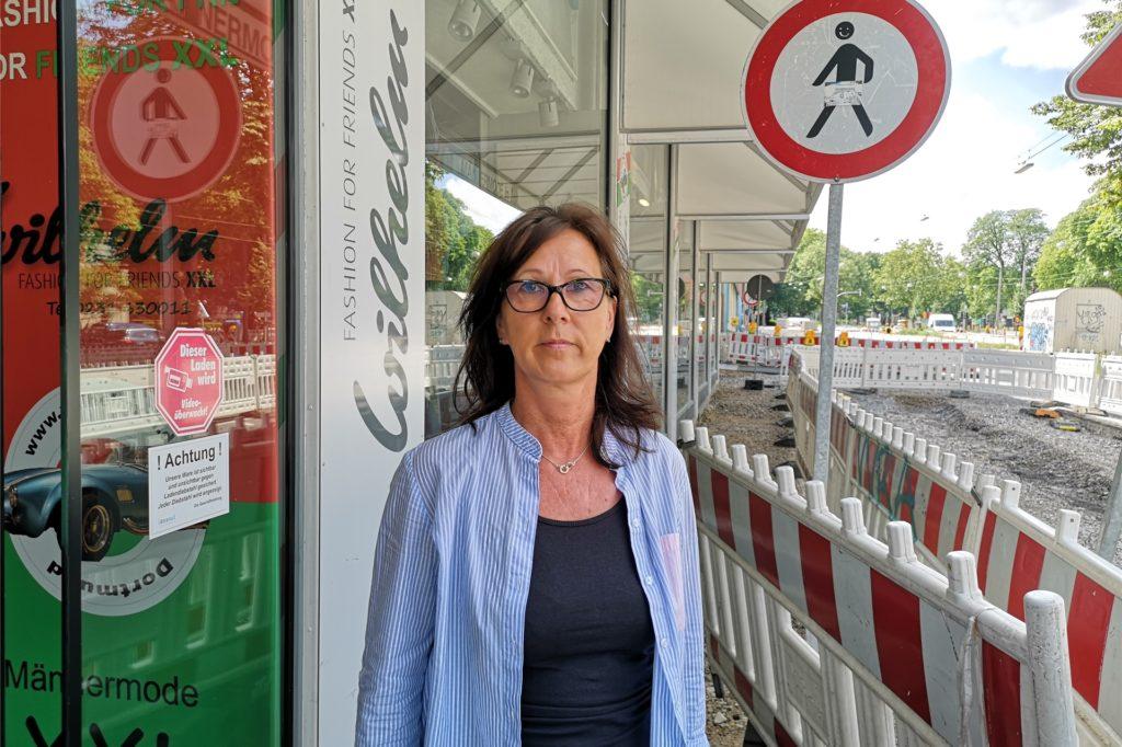 Tanja Daubertshäuser, Verkäuferin im Modehaus Wilhelm, muss sich mit gestressten Kunden herumschlagen, die am Baustellen-belasteten Wall keinen Parkplatz finden.