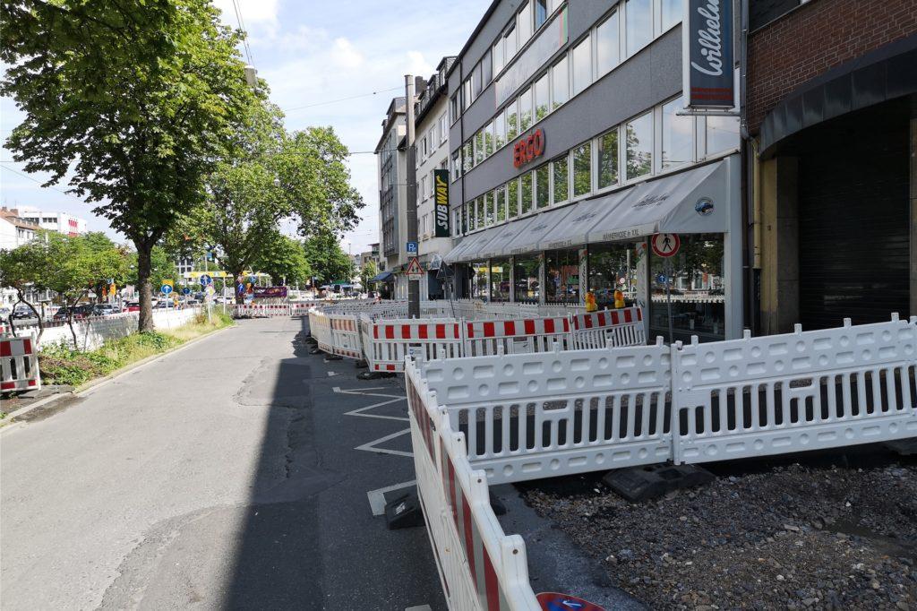 Die Baustellen direkt vor der Haustür sind ein Ärgernis für die Gewerbetreibenden am Ostwall.