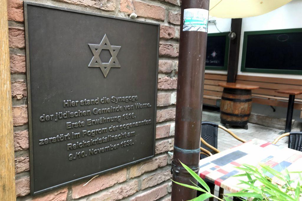 An der Gaststätte Fränzers erinnert eine Gedenktafel an den ursprünglichen Standort der Synagoge.