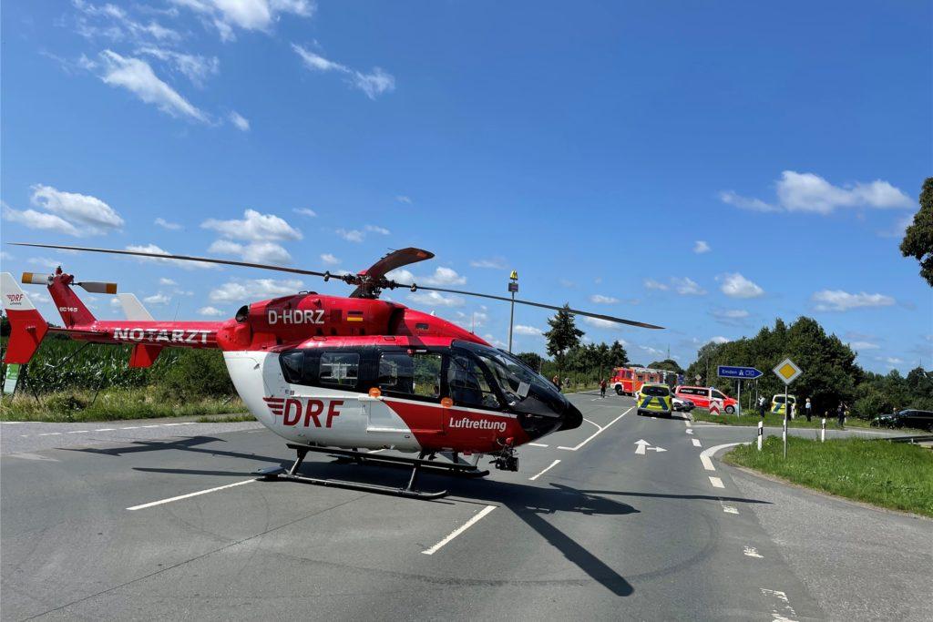 Ein Rettungshubschrauber transportierte den Motorradfahrer ins Krankenhaus.