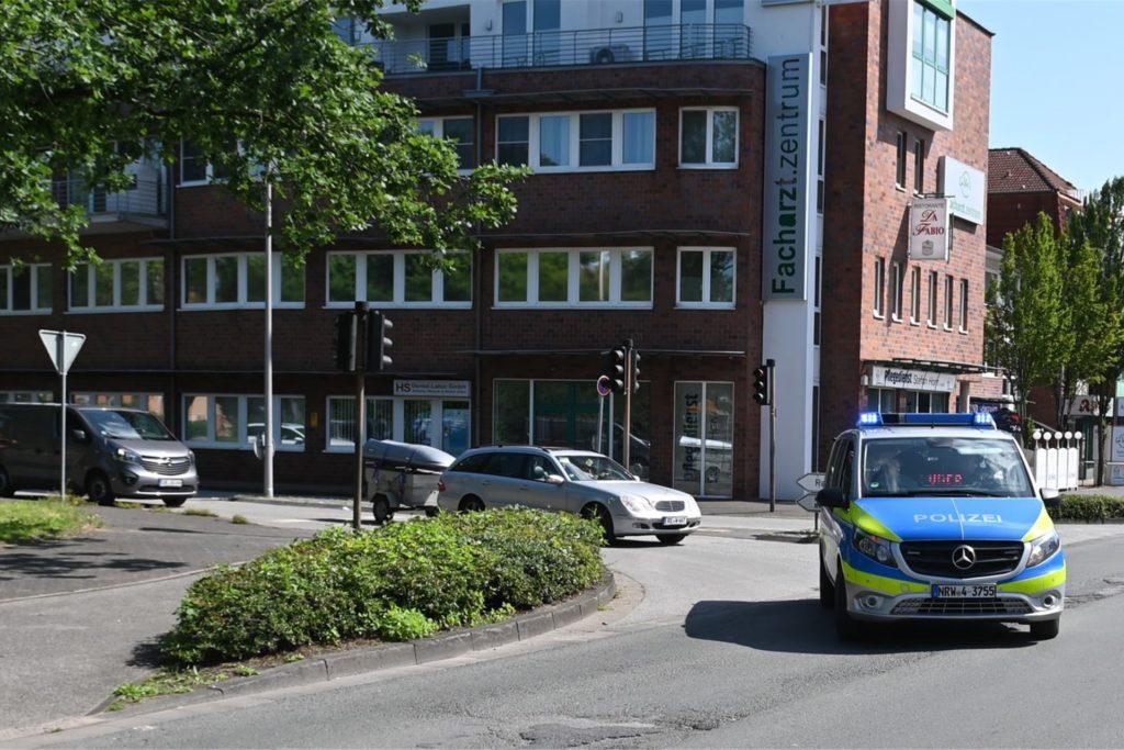 Unter Polizeibegleitung ging es für die Kolonne am Rathaus los.