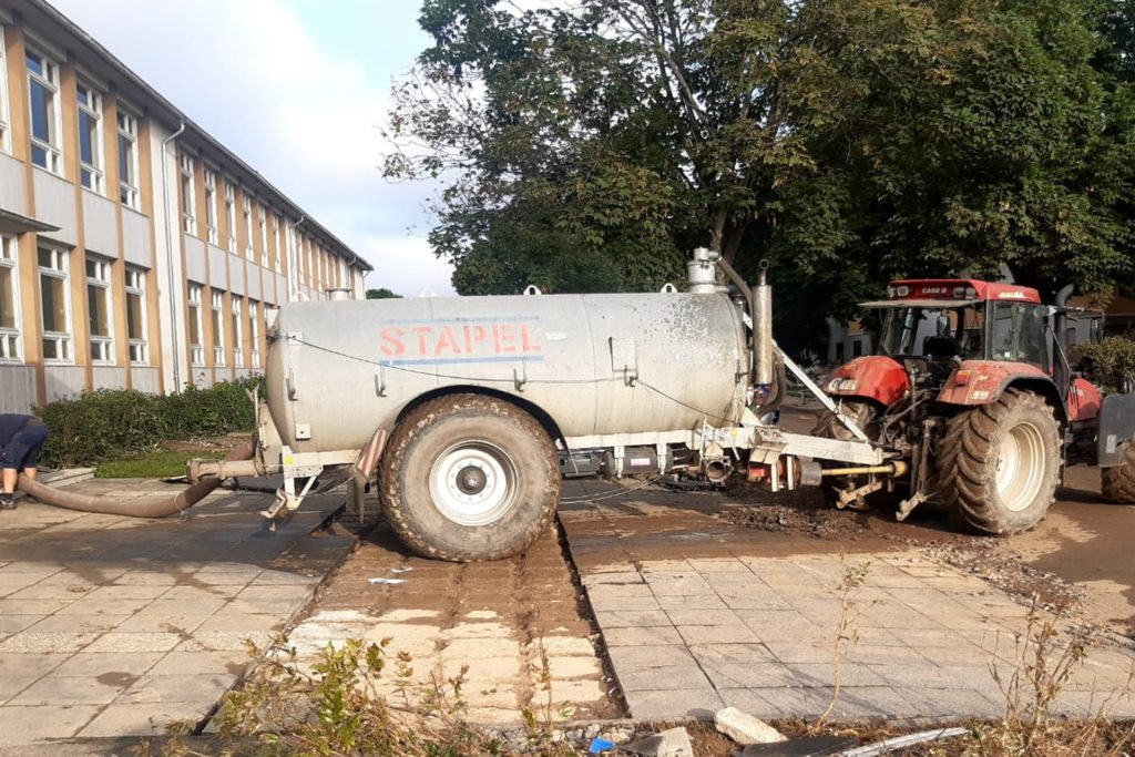 Dafür kann man einen Gülletank auch benutzen: Wasser wird aus einer Grundschule in Bad Neuenahr abgepumpt.