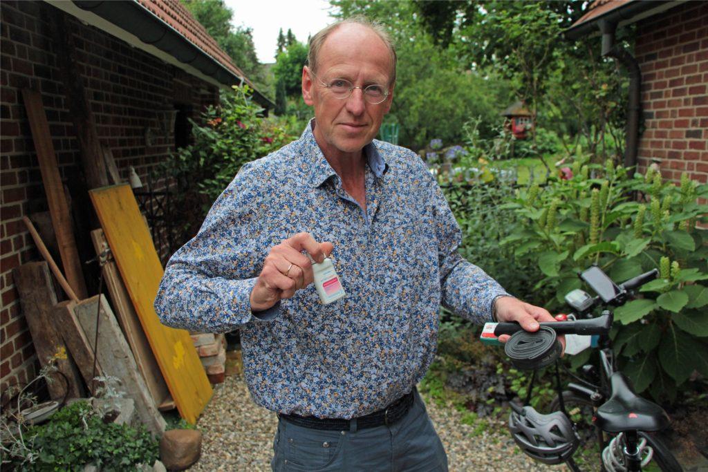 Für alle Fälle gerüstet. Neben Werkzeug und Ersatzschlauch nimmt Apotheker Dagobert Ullrich auch Wundsalbe mit.