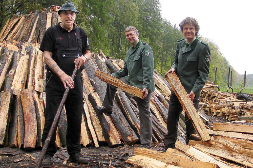 Die Aktionen am Holzkohlenmeiler hat Kersten Blaschczok (Mitte) zusammen mit seinem Kollegen Harald Klingebiel (r.) betreut und ausgeweitet.
