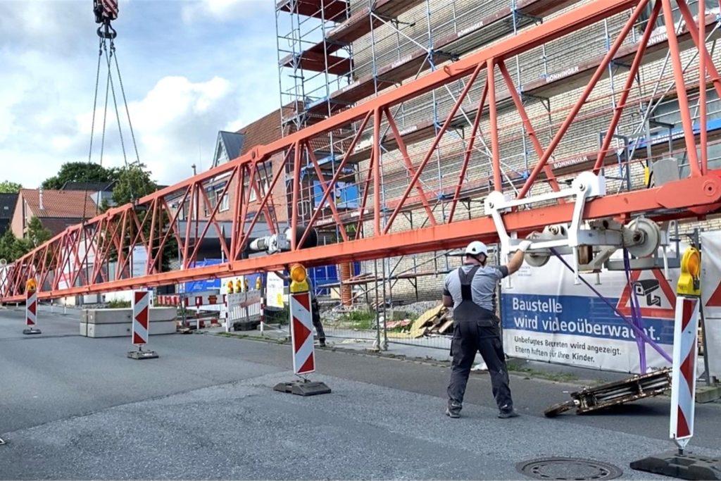 Die Arbeiten zum Abbau des Baukrans am Neubau des Krankenhauses haben wie geplant am Montag (26.7.) begonnen.