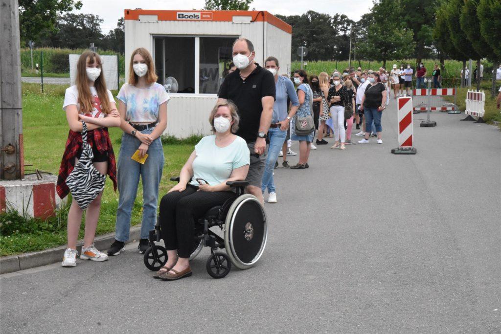 Bis zu 200 Meter lange Schlange am Sonntag in Velen: Das Impfangebot für Zwölf- bis 15-Jährige traf auf eine riesige Resonanz.