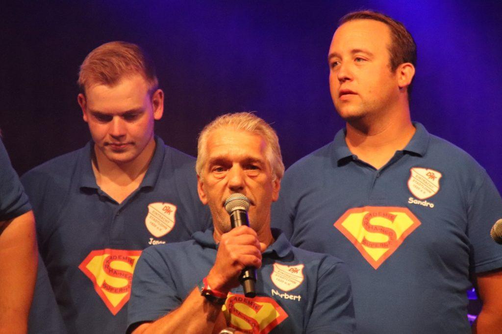 Lagerleiter Norbert Vos (am Mikrofon) ist überwältigt von der Unterstützung und vom Einsatz seines gesamten Lagerteams.