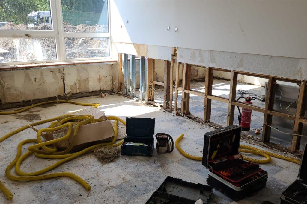 Vom Inventar ist nichts geblieben. Der Pavillon wurde am Wochenende so weit hergestellt, dass er durchlüften kann. Dazu mussten Teile der Wände und der Isolierung herausgerissen werden.