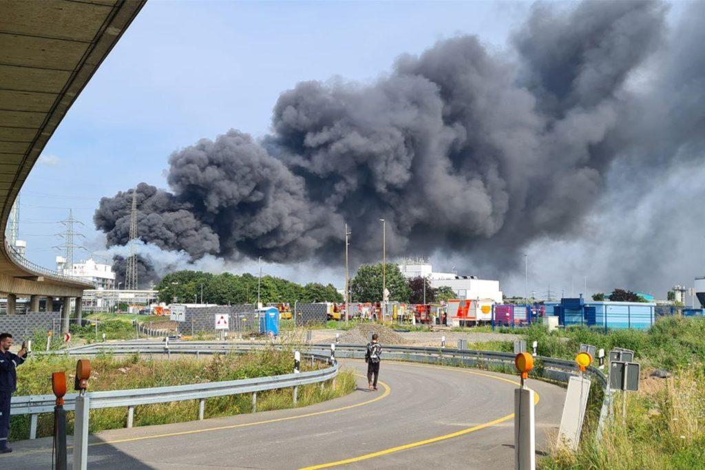 Eine dunkle Rauchwolke steigt über dem Chemiepark auf.