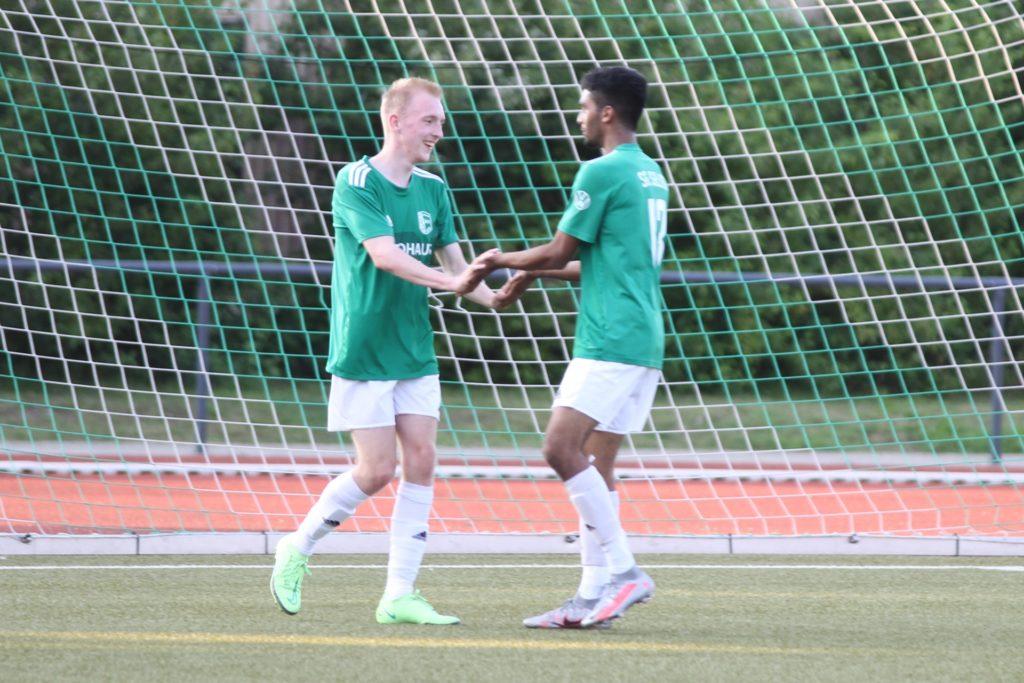Felix Schröder (l.) bejubelte gegen GS Cappenberg mit Dennis Clement Dias (r.) sein 2:0.