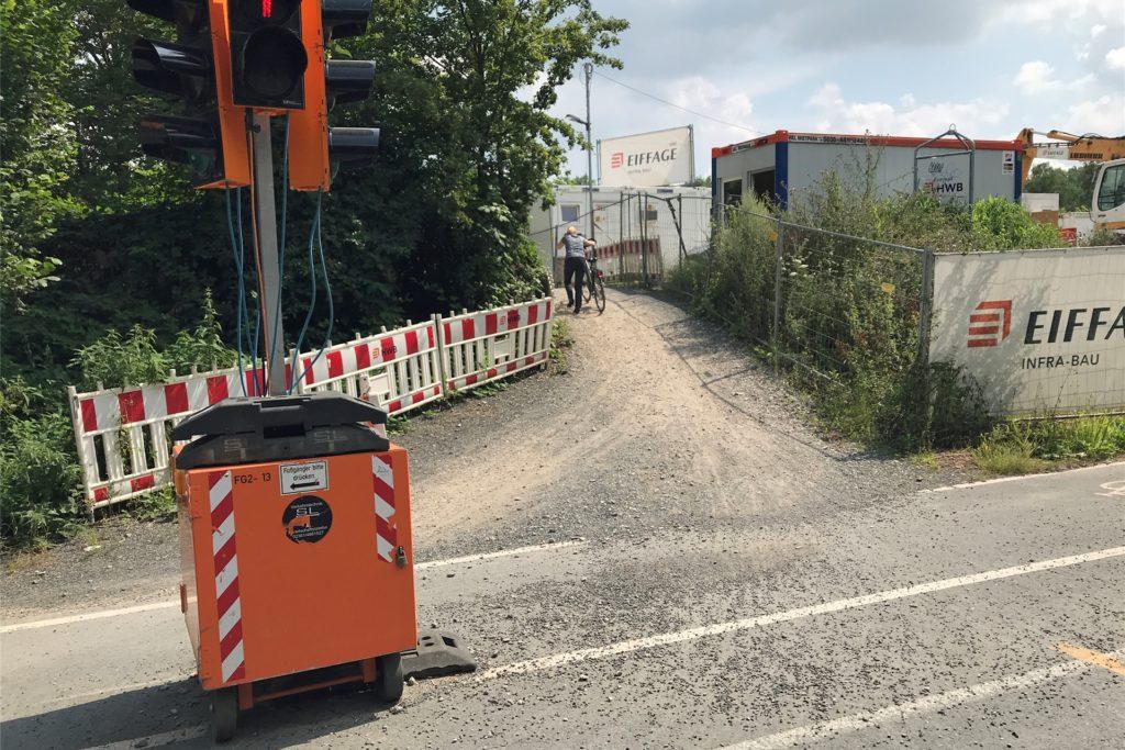 Noch so ein Ärgernis: Um von der Kamener Straße in Werne auf die Fahrradbrücke zu gelangen, müssen Radfahrer einen Hügel hinauf. Die meisten steigen dabei sicherheitshalber vom Rad ab.