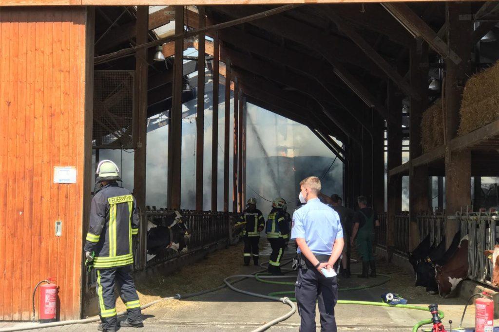 Feuerwehrleute aus Vreden und Ammeloe und die Polizei sind im Einsatz auf einem landwirtschaftlichen Betrieb in Crosewick.