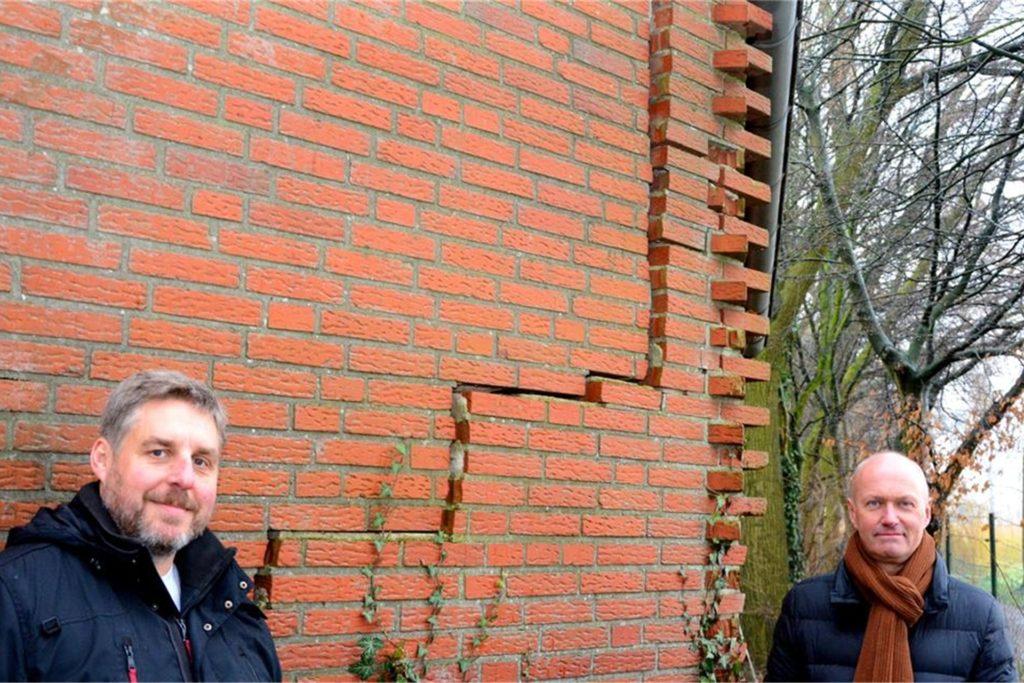Auch für Bauhofleiter Stefan Brüggemann (l.) und Bauamtsleiter Dirk Vahlmann ist der markante Riss in der Wand Geschichte.