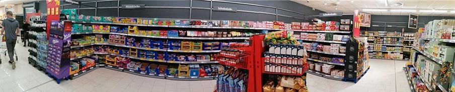 Kunden finden die Artikel, wie hier die Süßwaren, nach Warengruppen geordnet nun in Buchten. Die Gänge sind breiter.