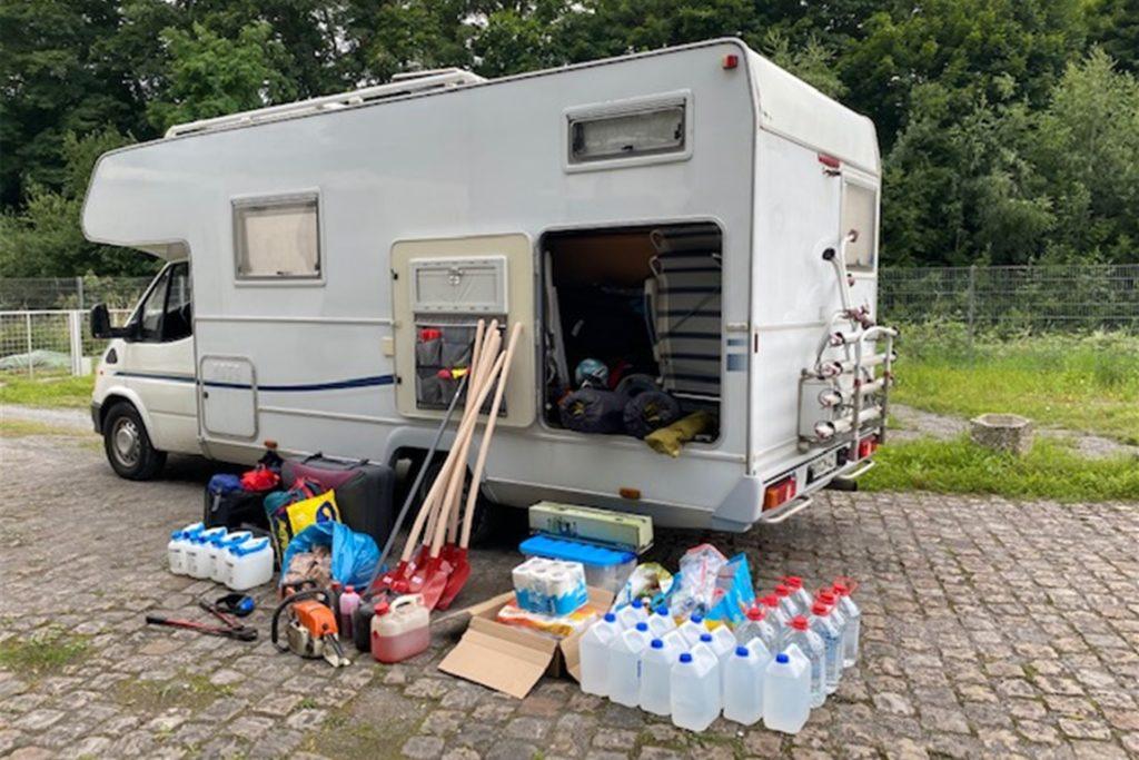 Familie und Freunde statten Marks vor der Abfahrt mit Verpflegung und Werkzeug aus, um vor Ort Hilfe zu leisten.