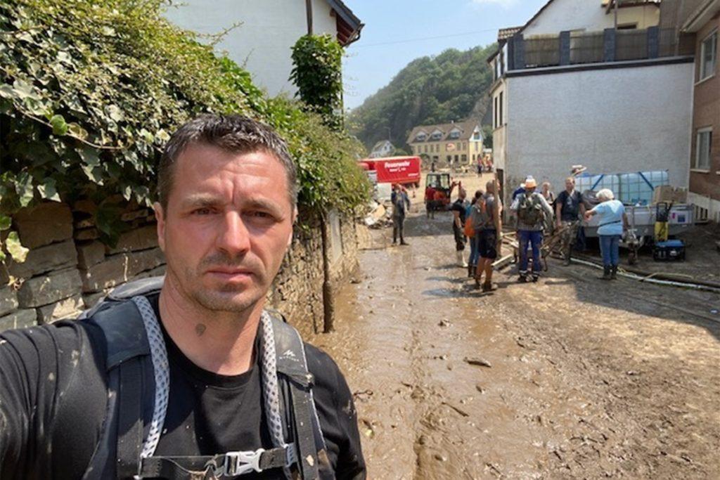 Fünf Tage lang arbeitet Marks durch. Vor allem der Schlamm und Sperrmüll aus den Ortschaften müssen entfernt werden.