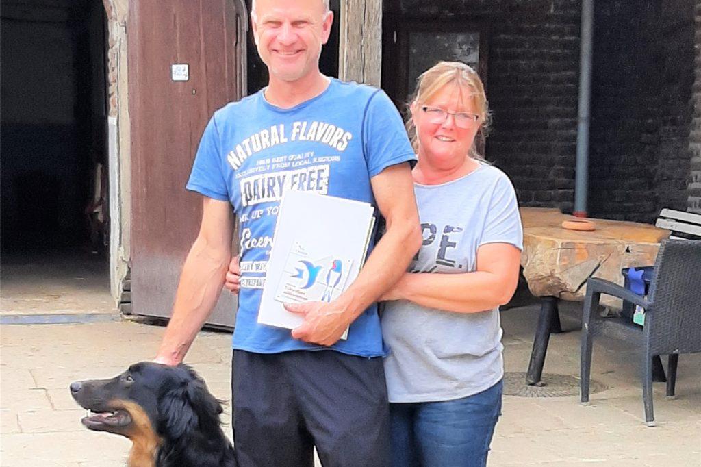 """Der Nabu Dortmund hat das Ehepaar Kurkowitz mit der Plakette """"schwalbenfreundliches Haus"""" ausgezeichnet."""