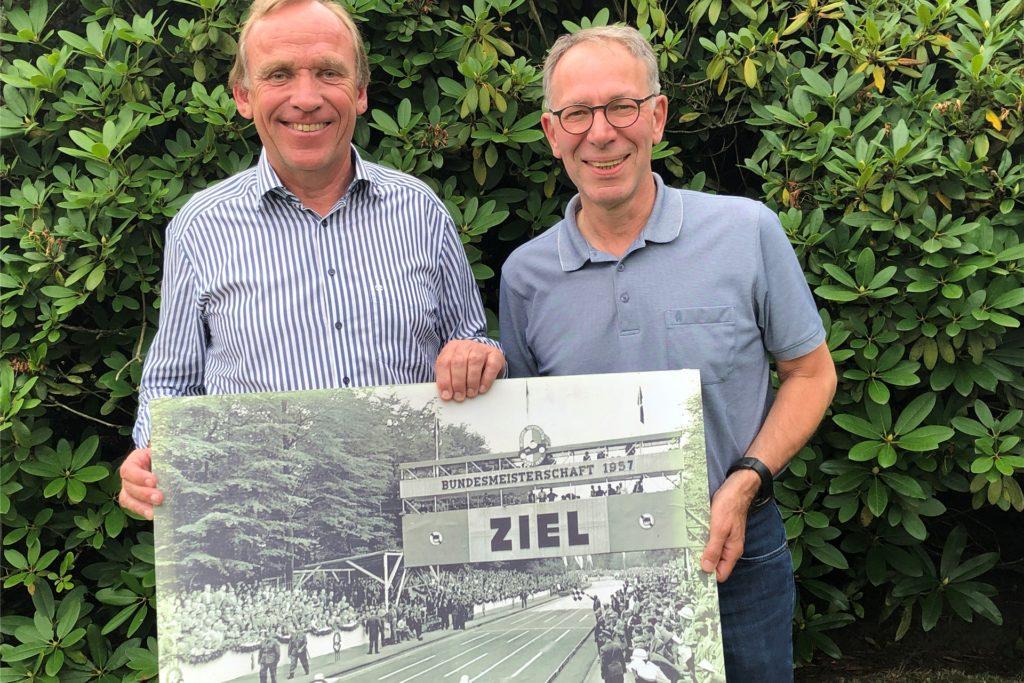 Ulrich Hatkämper organisiert Jahr für Jahr ein Treffen mit ehemaligen Seifenkistenpiloten. Heinrich Gerding (r.) ist immer dabei.