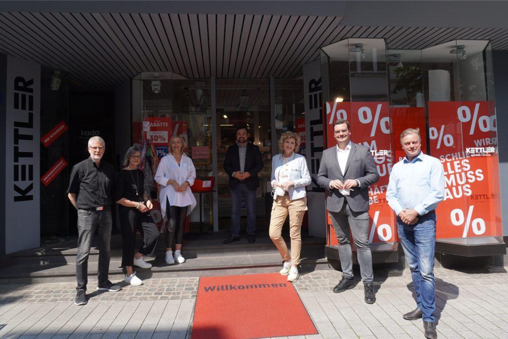 Joachim Kockelke (1. v. links) übergibt an Sandra Brand (3. v. rechts.), die bereits ein Geschäft in Balve führt.