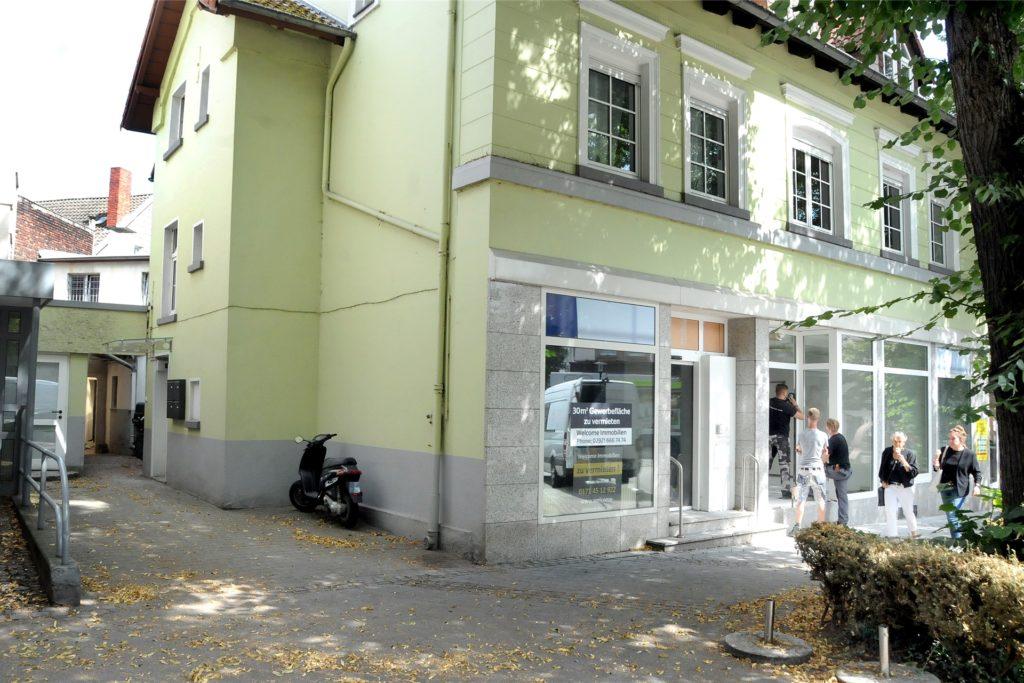 Seit Anfang 2015 war der Hof am Postplatz verwaist, wo viele den Fruchthhandel Klauke vermissten. Daneben werden schon Teile der ehemaligen Targobank-Filiale für das Stadtmarketing umgebaut.