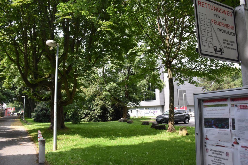 Die Zufahrt zum Sportplatz des SV Brackel kann nicht als Stellfläche genutzt werden. Daher würde es der Verein zumindest gutheißen, wenn auf den Grünflächen zwischen Weg und Hallenbad weitere Parkflächen entstehen würden.