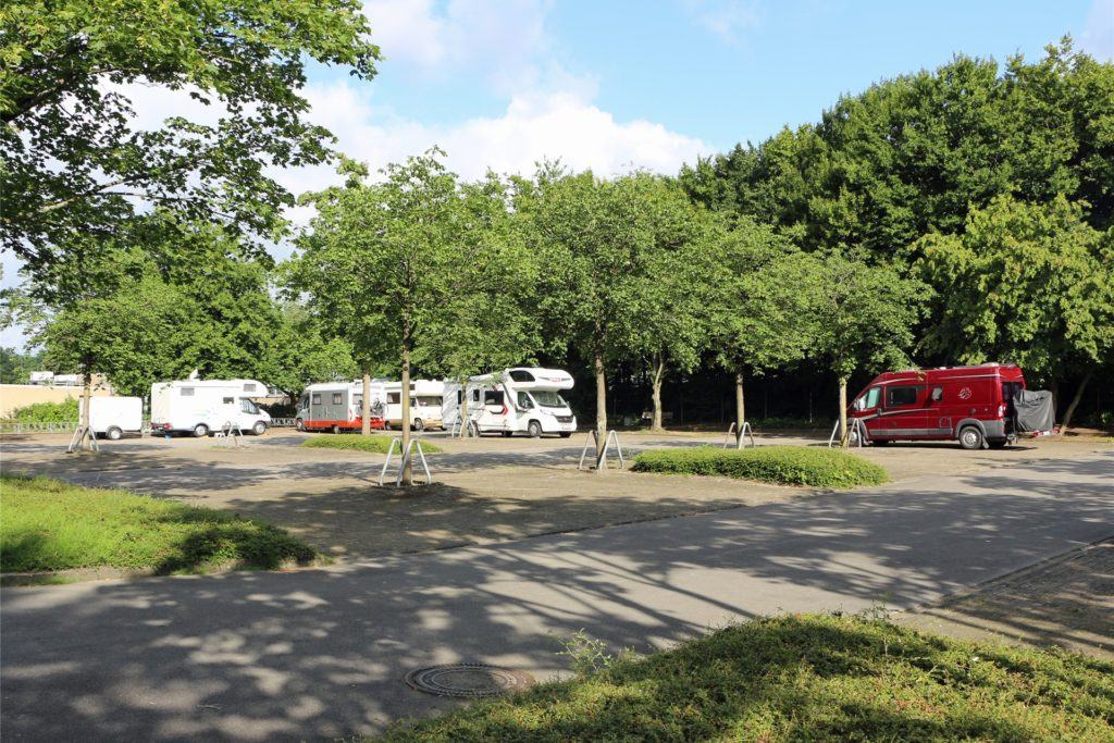Ein halbes Dutzend an Wohnmobilen macht gerade in den Sommermonaten regelmäßig Station auf der Wohnmobilstellfläche an der Uferstraße. Die Gäste kommen dabei häufig auch aus den Niederlanden.