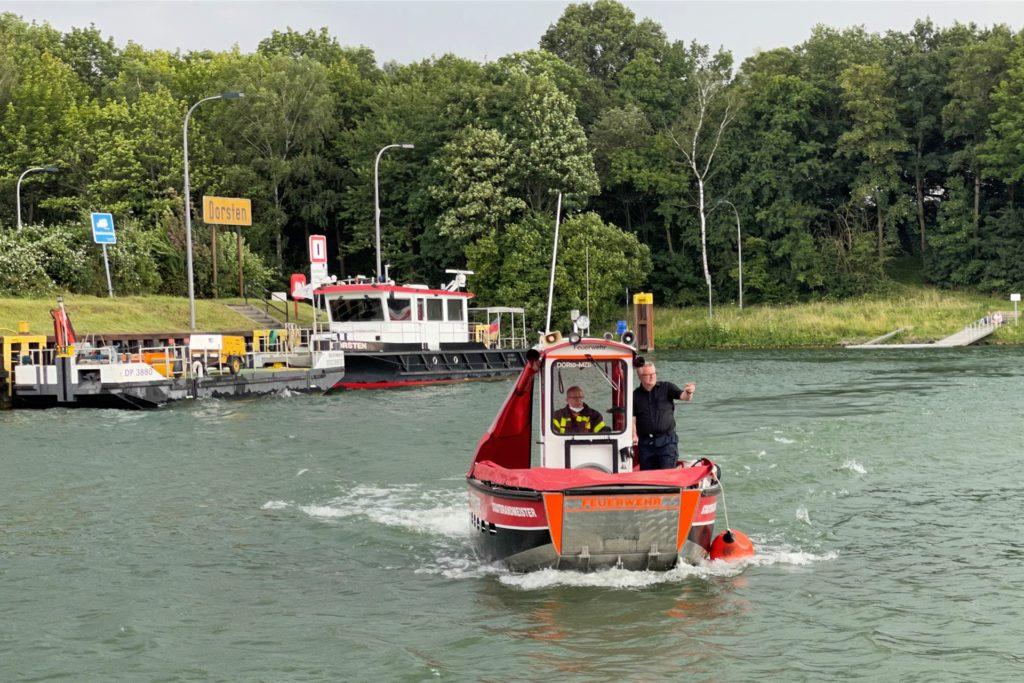 Die Feuerwehr suchte auch mit dem Boot nach Hinweisen.
