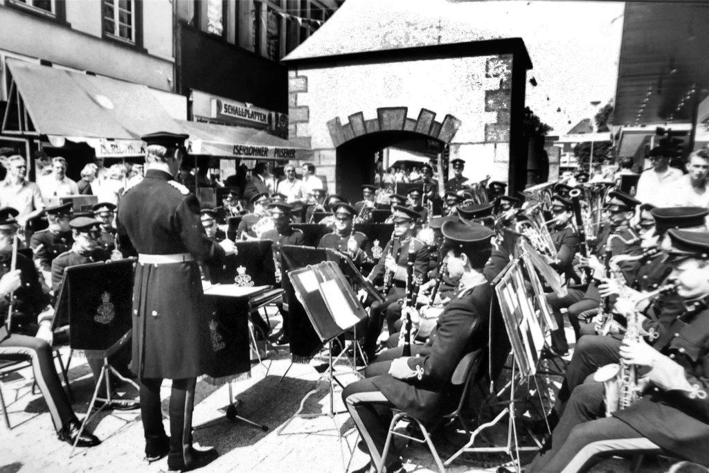 Mit einem Platzkonzert feierten die Bürgerschützen Schwerte im Jahre 1986 vor ihrem Modell des Hüsingtors ihr 550-jähriges Bestehen. Es stand am Eingang der Fußgängerzone zwischen dem Textilhaus Eisenmenger (heute dm) und der Drogerie Ihr Platz (heute Rossmann).