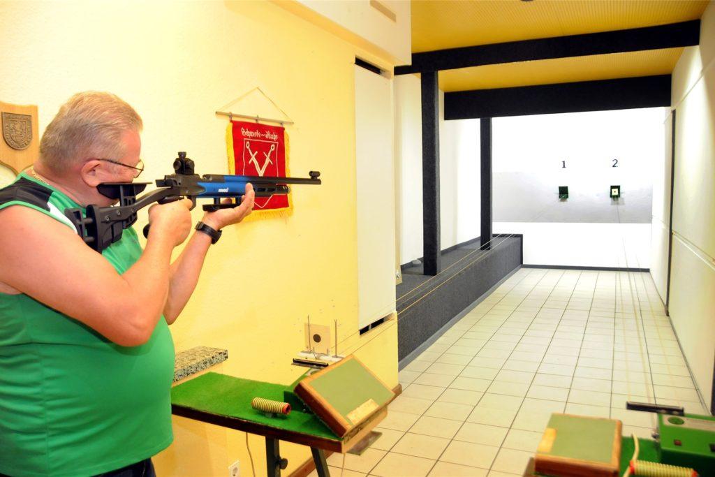 Schützenkönig Heinrich I. (Kochanek) testet den in der Coronazeit modernisierten Luftgewehr-Schießstand im Schützenkeller an der Kuhstraße.