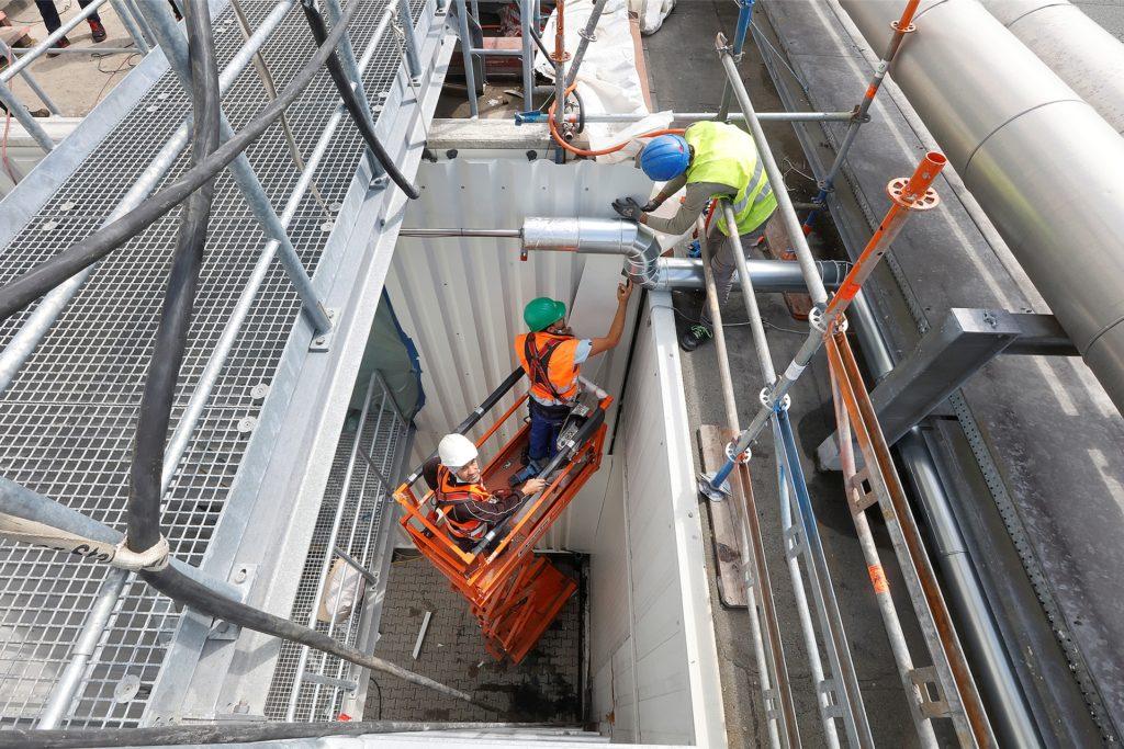 Überall wird geschraubt, geflext und geschweißt. Bis Ende des Jahres soll die neue Werkshalle von 3M fertiggestellt sein.
