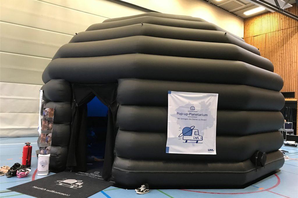 Die mobile Kuppel haben Mitarbeiter des LWL in der Sporthalle an der Burgstraße aufgebaut.