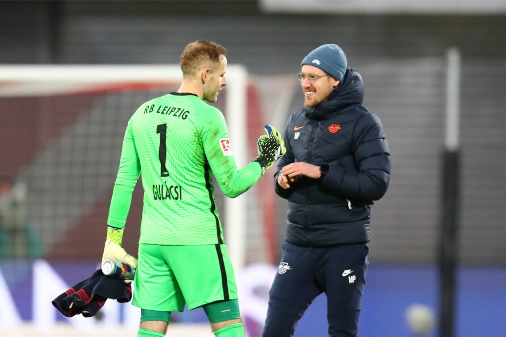 Maximilian Pelka (r.), hier mit Leipzigs Torwart Peter Gulacsi, steht vor einem Wechsel zum FC Bayern München.
