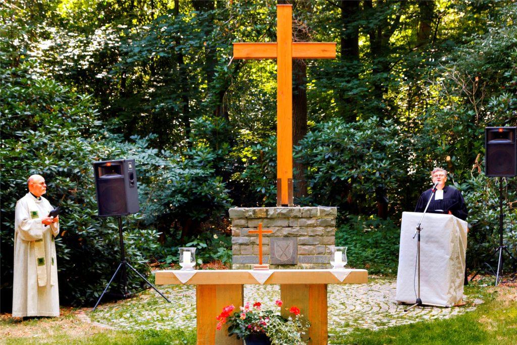 Pfarrer Peter Iwan (l.) von der Mariengemeinde und Pfarrerin Claudia Bitter (r.) von der Evangelischen Kirchengemeinde Schwerte hielten den ökumenischen Gottesdienst im Schwerter Wald, bei dem das wiedererstandene Holzkreuz eingeweiht wurde.