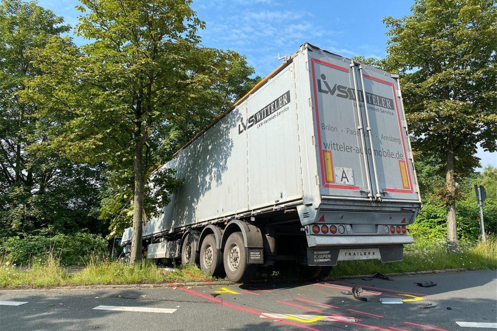 Einer der beiden LKW ist im Grünstreifen gelandet. Für seine Bergung wird ein Kran benötigt.