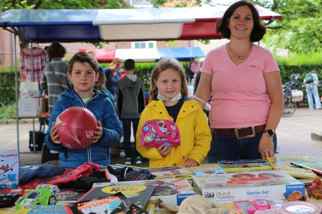Lukas und Amelie Hork waren extra aus Wessum angereist. Bei der Kalkulation der Preise unterstützte Mutter Marion. Sie hatten sich vor dem Flohmarkt extra noch testen lassen.