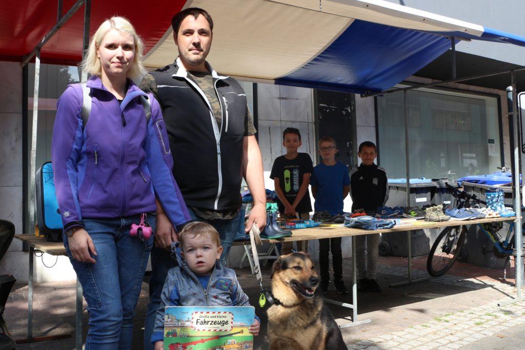 Ein Buch über Fahrzeuge schenkten Jacqueline Arndt und Michael Domjahn samt Hund dem kleinen Jan zum zweiten Geburtstag am Samstag. Das passende Angebot hatten Justus Jaschke, Moritz Eßeling und Johann Jaschke (h.v.l.).