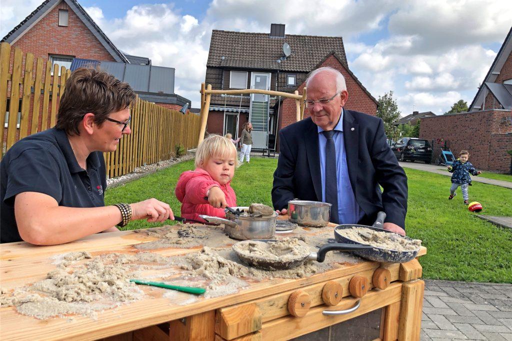 Juliane Rehkamp und der damalige Bürgermeister Helmut Könning freuten sich 2019 über den guten Start der provisorischen Kindergartengruppe des DRK Familienzentrums Prinz Botho an der Bakenstraße.